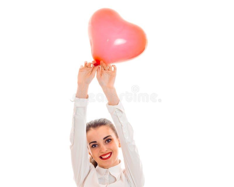 Porträt des attraktiven Brunette in der Liebe mit dem roten Herzen lokalisiert auf weißem Hintergrund Heiligvalentinsgruß ` s Kon lizenzfreies stockfoto