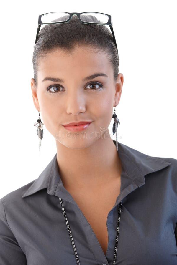 Porträt des attraktiven Geschäftsfraulächelns lizenzfreie stockfotografie