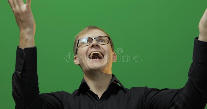 Porträt des attraktiven glücklichen jungen Mannes feiern Gr?ner Bildschirm Zwei in einem: 1 lizenzfreie stockfotos
