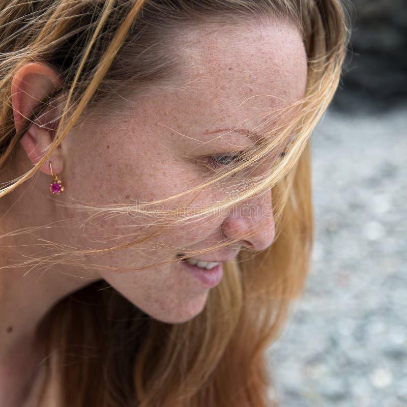 Porträt des attraktiven Ingwermädchens lizenzfreie stockbilder