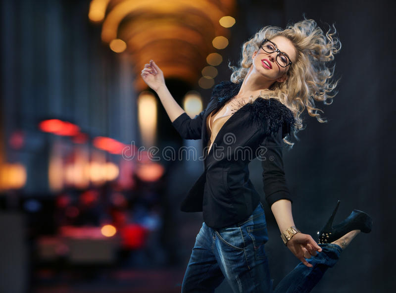 Porträt des attraktiven Mädchens laufend in das Stadtzentrum stockbild