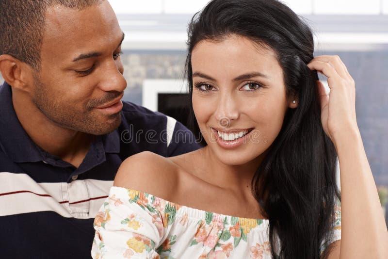 Porträt des attraktiven zwischen verschiedenen Rassen Paarlächelns stockbilder