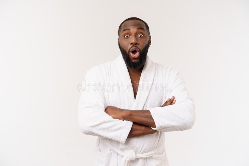 Porträt des aufgeregten jungen Afroamerikanermannes, der im Schock- und Verwunderungshändchenhalten auf Kopf schreit Überraschtes lizenzfreies stockbild