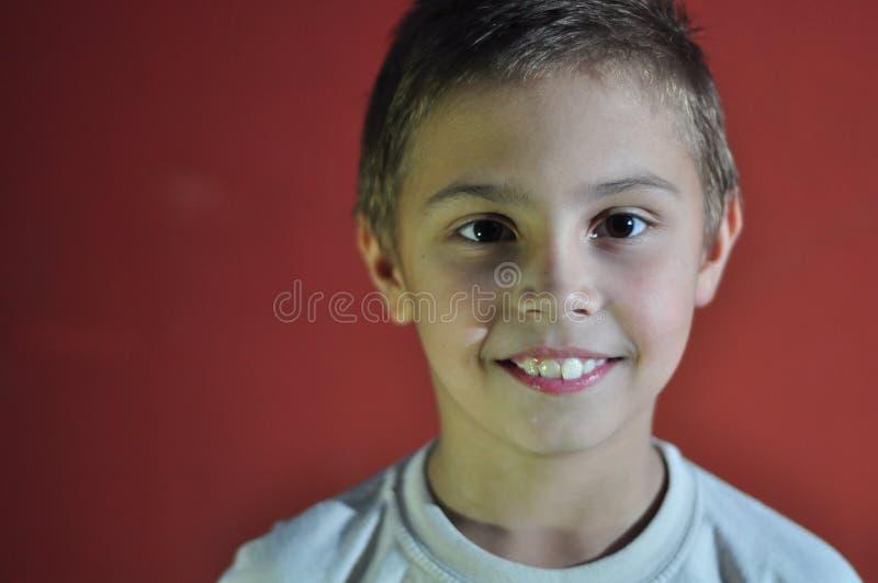 Porträt des aufgeregten lächelnden kleinen Jungen stockfotos
