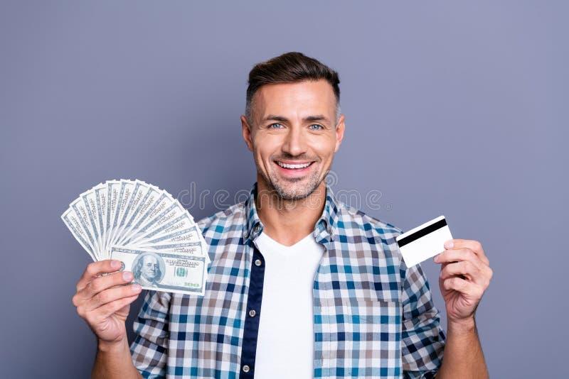 Porträt des aufgeregten lustigen flippigen Kerlkäufereinkaufs lassen Finanzverkaufsrabatte zufriedenem gekleidetem überprüftem He lizenzfreies stockbild