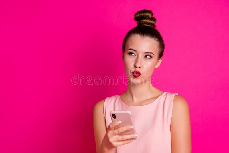 Porträt des ausgezeichneten reizenden Benutzers des Damengriffhandsozialen netzes erwägen nachdenkliches gekümmertes heikles lass stockfotografie