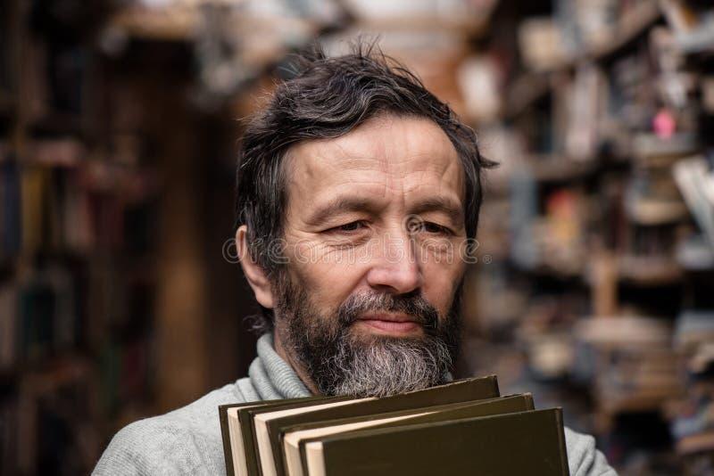 Porträt des authentischen alten Mannes mit Bart und guten Augen stockfotografie