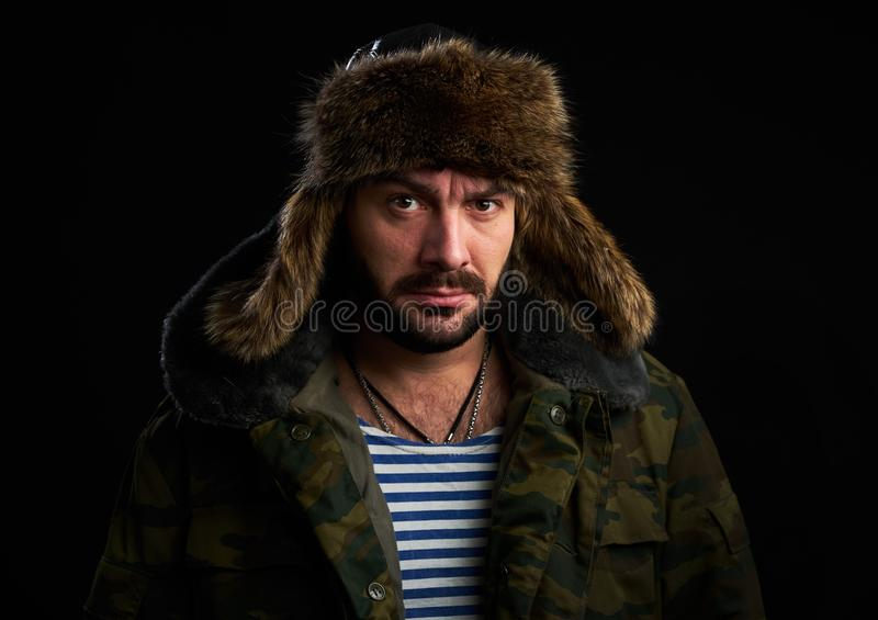 Porträt des bärtigen Mannes trägt Pelzhut lizenzfreie stockfotos