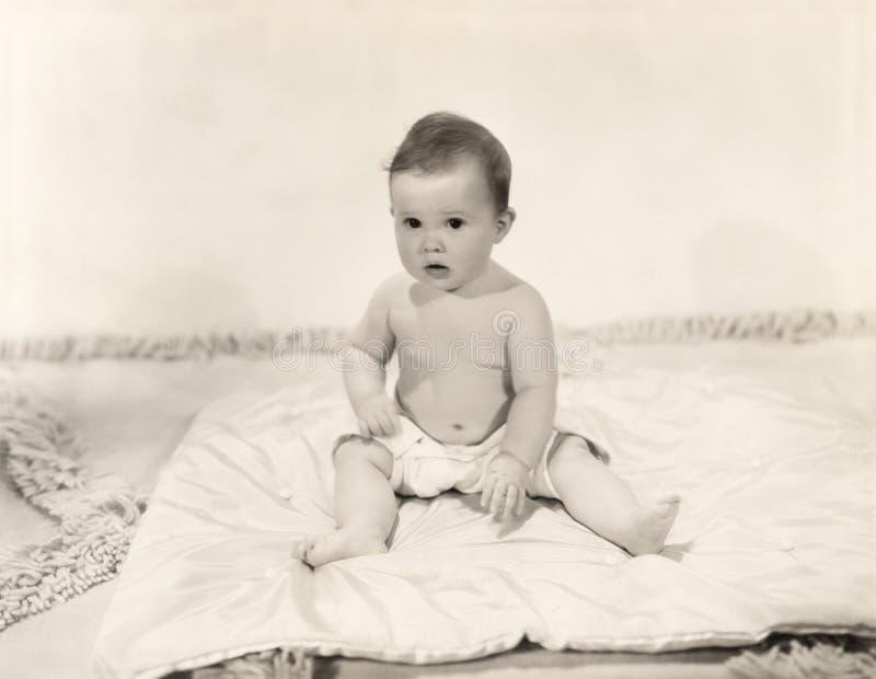 Porträt des Babys sitzend auf Decke lizenzfreie stockfotografie