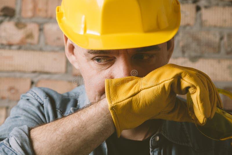 Porträt des Bauarbeiters mit gelbem Hut stockfotos