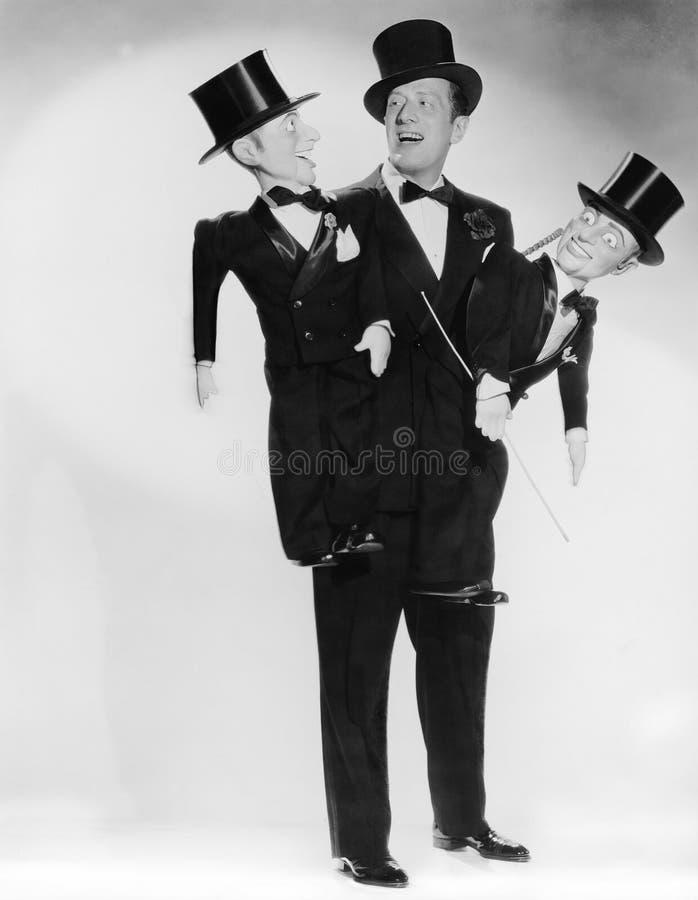 Porträt des Bauchredners mit zwei Attrappen (alle dargestellten Personen sind nicht längeres lebendes und kein Zustand existiert  lizenzfreie stockfotografie