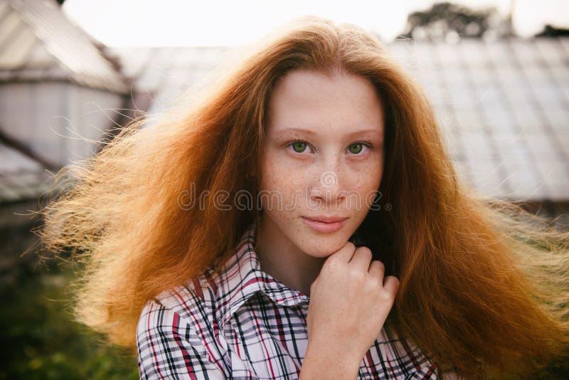 Porträt des behaarten Jugendlichmädchens des Ingwers mit Gefühlen auf Gesicht lizenzfreie stockfotografie