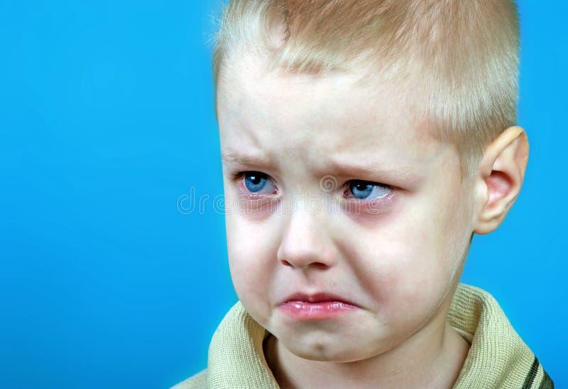 Porträt des beleidigten kleinen Jungen trauriger schreiender Junge Grollgefühl Gewalttätigkeit in der Familie stockfotografie