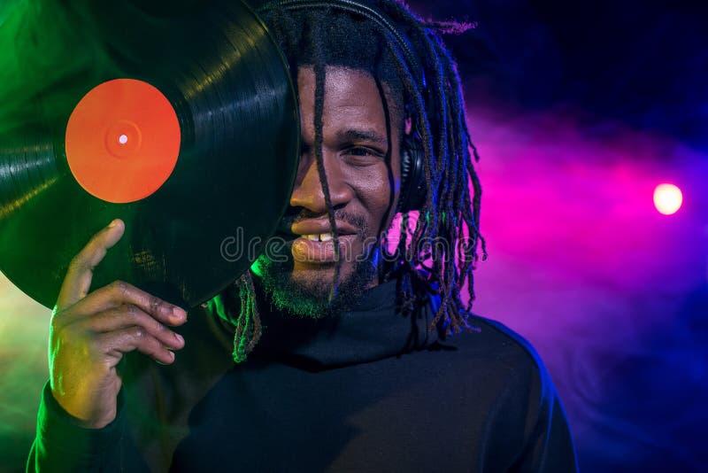 Porträt des Berufsafroamerikanervereins DJ stockbild