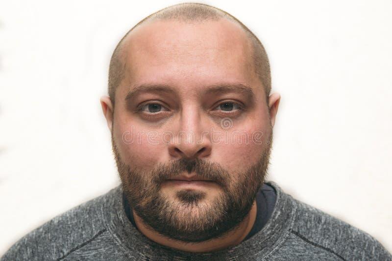 Porträt des betonten müden traurigen Mannes mit Taschen unter Augen betrachtet Kamera-, Schlaflosigkeits- und Krisenkonzept lizenzfreies stockfoto