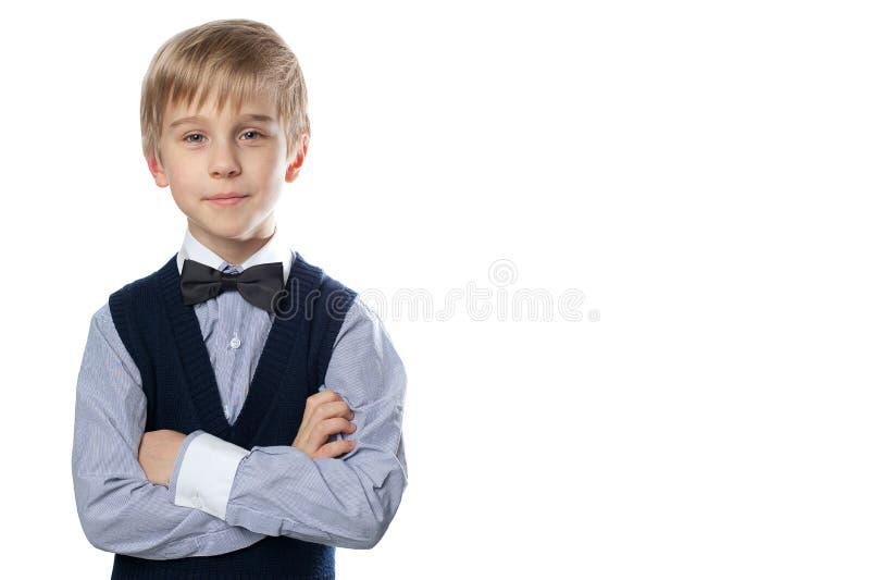 Porträt des blonden Jungen im klassischen Anzug mit Fliege lizenzfreies stockbild