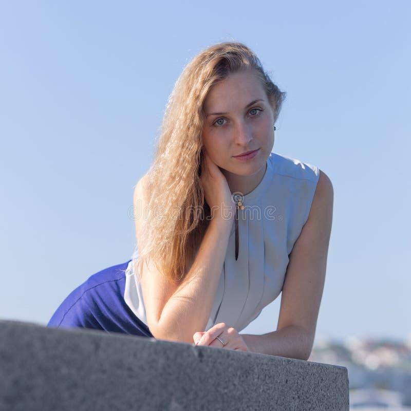 Porträt des blonden Mädchens in der Hintergrundbeleuchtung lizenzfreies stockfoto