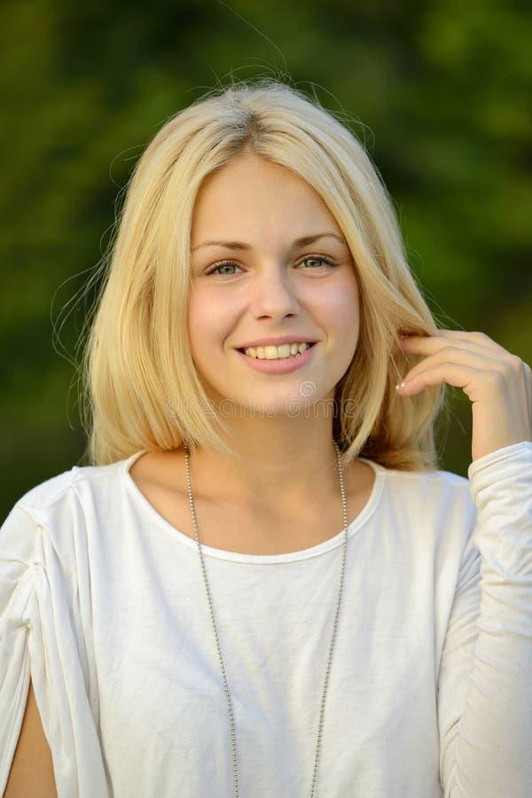 Porträt des blonden Mädchens mit grünem Hintergrund stockbild