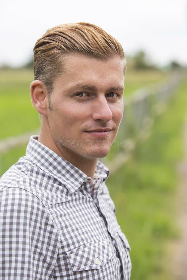 Porträt des blonden Mannes in der Natur stockbild