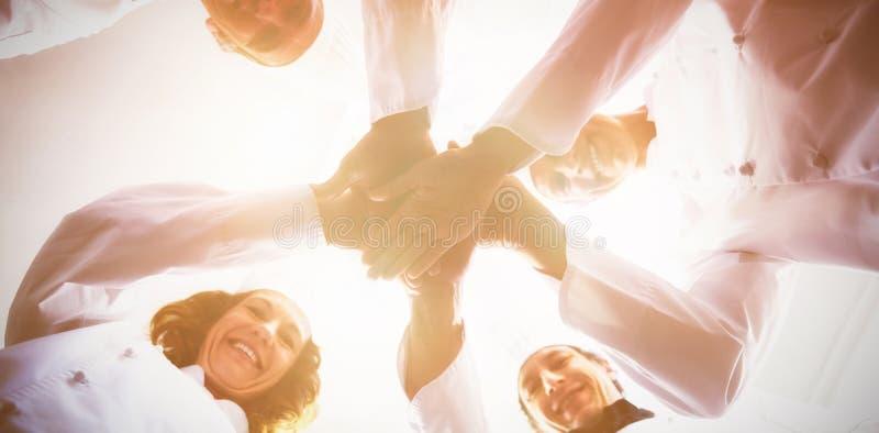 Porträt des Chefteams Hände zusammen stapelnd lizenzfreies stockfoto