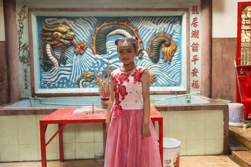 Porträt des chinesischen Mädchens im Tempel stockbild