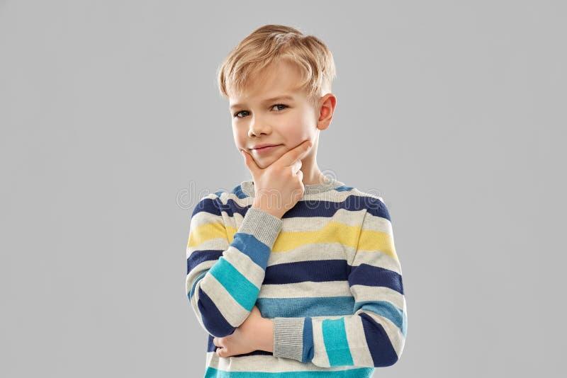 Porträt des denkenden Jungen in gestreiftem Pullover lizenzfreies stockbild