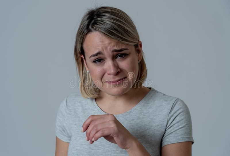 Porträt des deprimierten Frauengefühls hoffnungslos und in den Schmerz Menschliche Ausdrücke und Gefühle lizenzfreie stockbilder