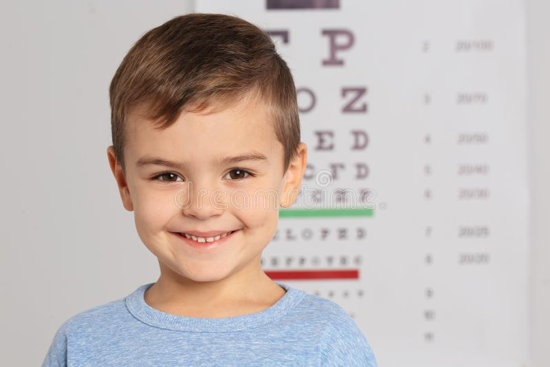 Porträt des Doktors der nette kinder des kleinen Jungen Besuchs stockfoto