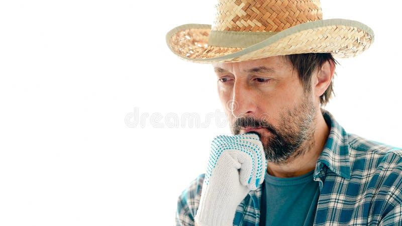 Porträt des durchdachten Landwirts auf weißem Hintergrund lizenzfreie stockfotos