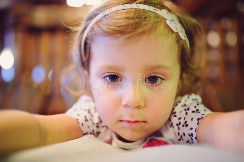 Porträt des durchdachten Mädchens lizenzfreies stockfoto