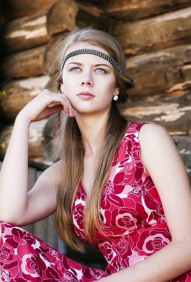 Porträt des durchdachten Mädchens auf der Hintergrundklotzwand stockbilder