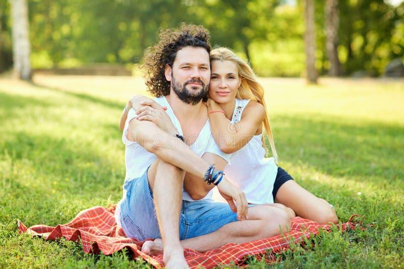 Porträt des Ehemanns und der Frau im Park stockfoto
