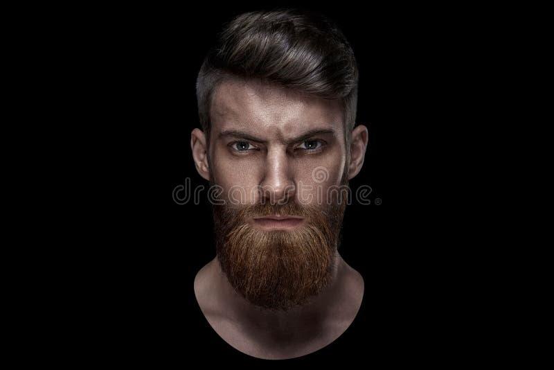 Porträt des einzelnen bärtigen hübschen jungen kaukasischen Mannes stockbild