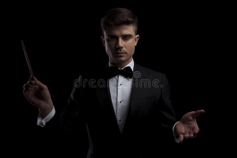 Porträt des eleganten perfomer ein Konzert mit einem Taktstock leitend stockfotos