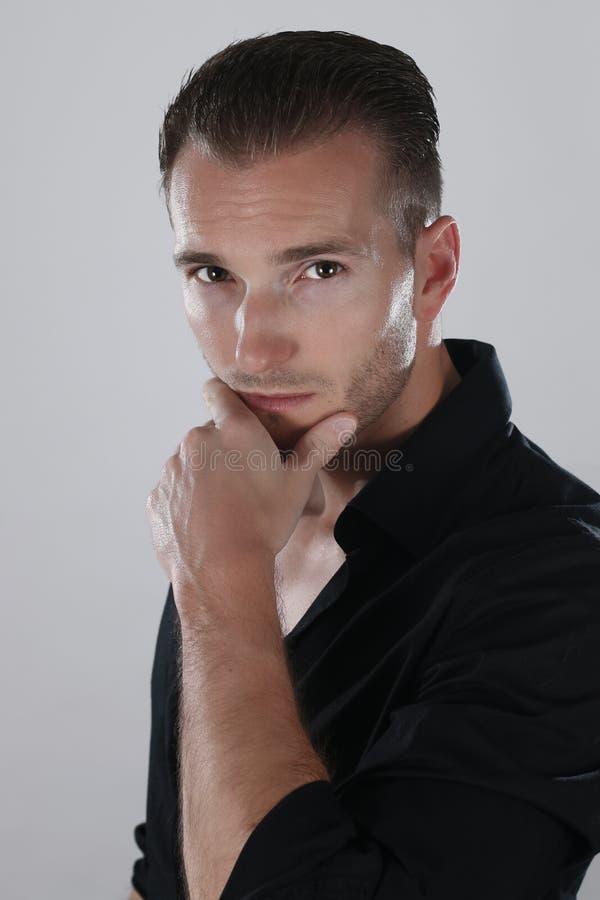 Porträt des entschlossenen schönen Kerls, der schwarzes Hemd trägt lizenzfreie stockfotos