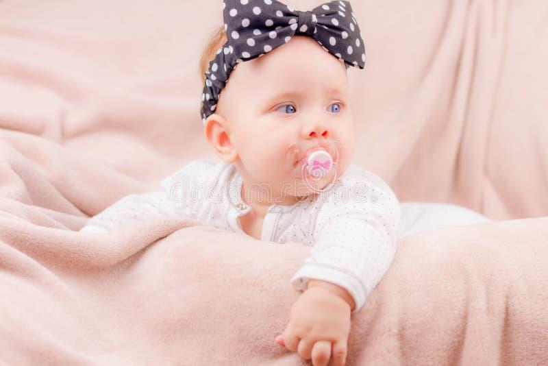 Porträt des entzückenden Babys lizenzfreie stockbilder