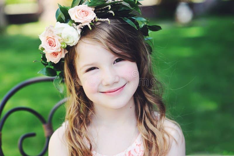 Porträt des entzückenden Kindermädchens mit Blumenkranz lizenzfreie stockbilder