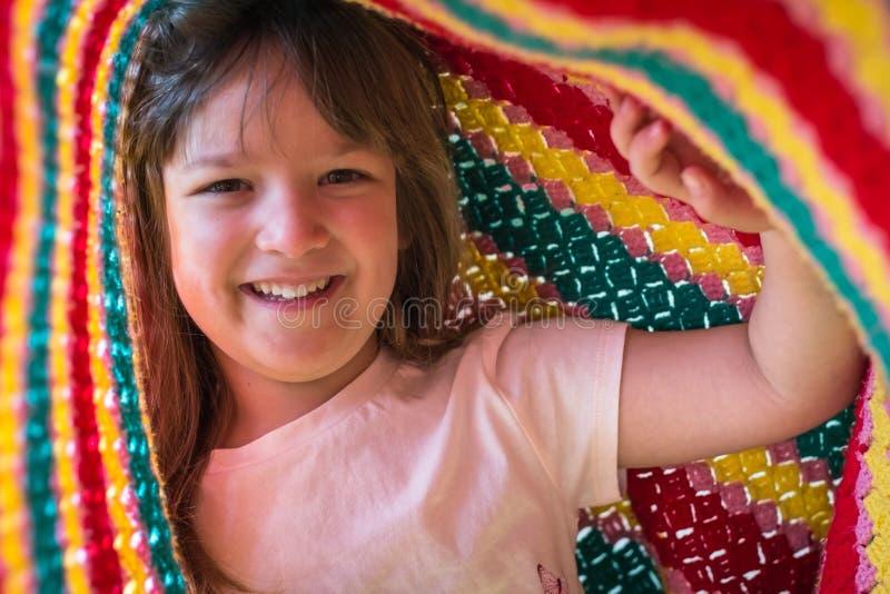 Porträt des entzückenden Kindes spielend unter Decke Lebenszeitmomente und glückliches Kindheitskonzept lizenzfreie stockbilder