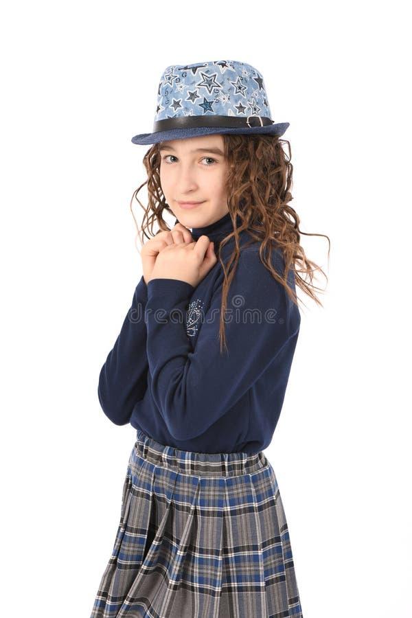 Porträt des entzückenden lächelnden Mädchenkinderschulmädchens mit dem Lockenhaar im Hut stockfotos