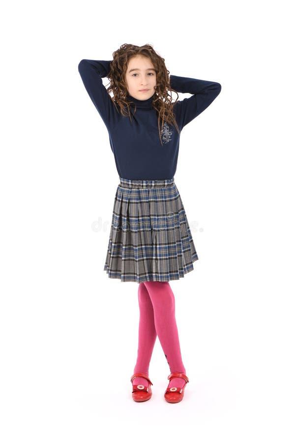 Porträt des entzückenden lächelnden Mädchenkinderschulmädchens mit dem Lockenhaar stockbild