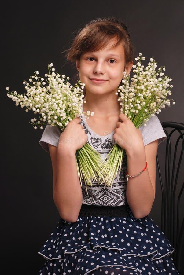 Porträt des entzückenden lächelnden Mädchens lizenzfreies stockfoto