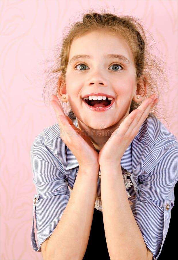 Porträt des entzückenden lächelnden Schulmädchenkindes des kleinen Mädchens stockfotos