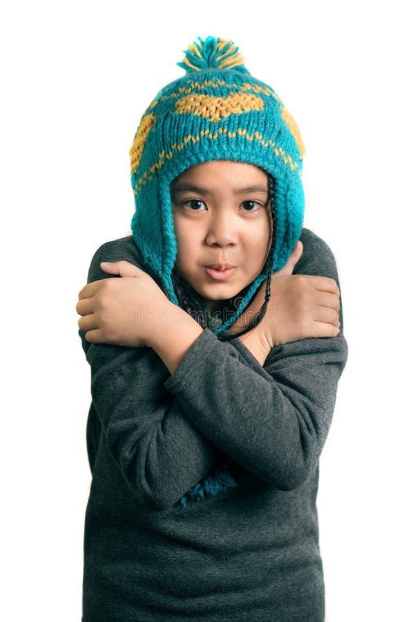 Porträt des entzückendes glückliches Kinderkalten Mädchens im warmen Hut lizenzfreies stockbild