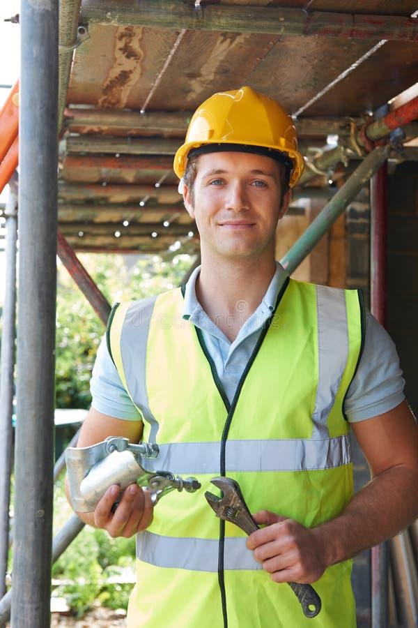 Porträt des Erbauers Putting Up Scaffolding stockbild