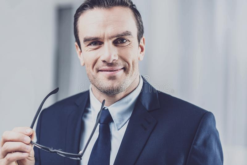 Porträt des erfüllten positiven Geschäftsmannes lizenzfreie stockbilder