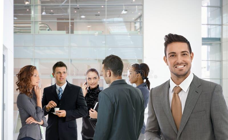 Porträt des erfolgreichen Geschäftsmannlächelns glücklich lizenzfreie stockfotografie