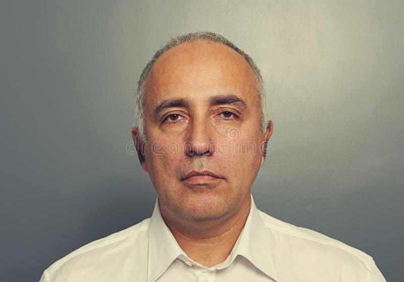 Porträt des ernsten älteren Mannes lizenzfreies stockfoto
