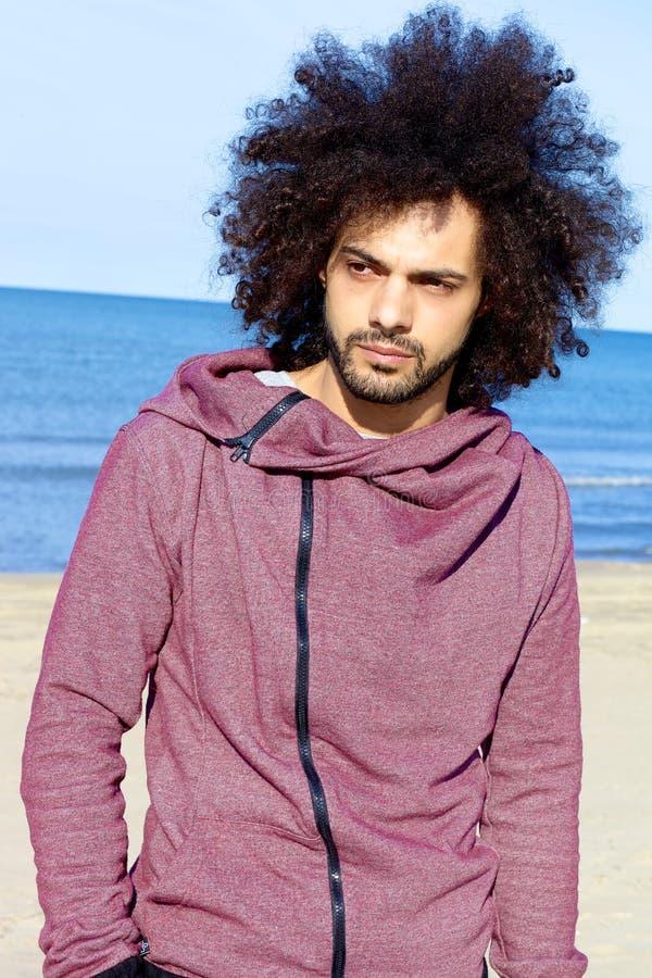 Porträt des ernsten gutaussehenden Mannes auf dem Strand stockfoto