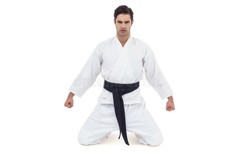 Porträt des ernsten Karatespielers lizenzfreie stockfotos