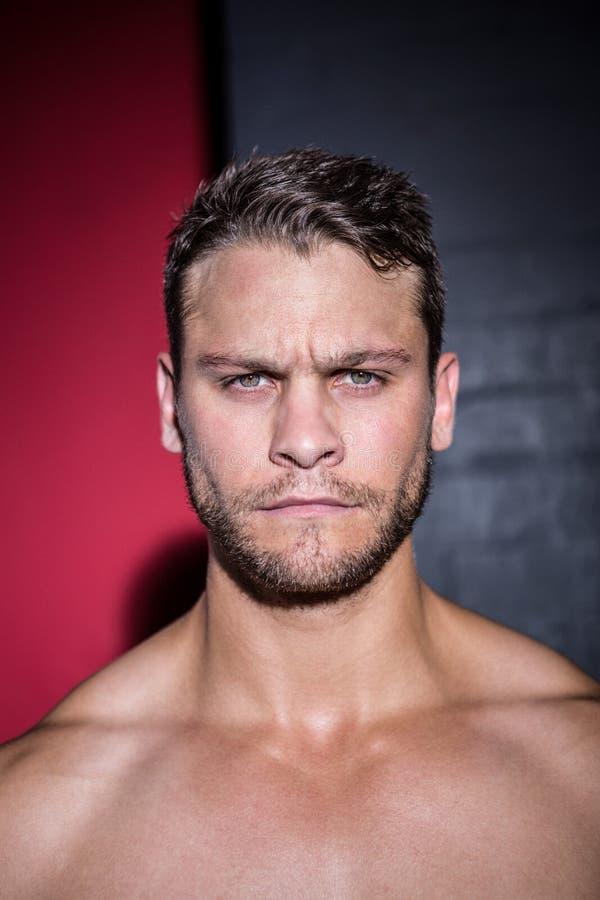 Porträt des ernsten muskulösen Mannes, der Kamera betrachtet lizenzfreies stockbild